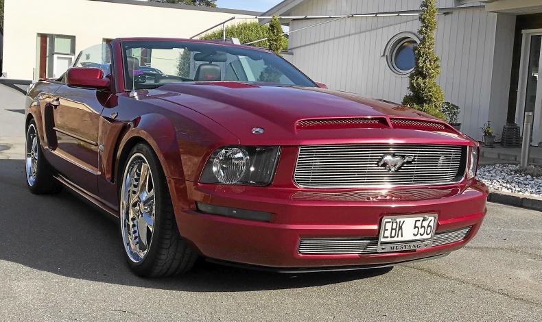 Mustang Cab i rött och krom