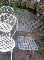 2 antika smidesstolar och 2 andra stolar i metall