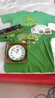 John Deere  väggur, kortlek, T-shirt, plåtburk