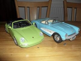 1:18 Porsche Carrera Cab -93 och Corvette -57