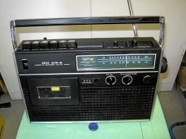 Gammal AKAI radio med kasettbandspelare.