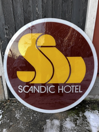 Stor äldre Scandic skylt