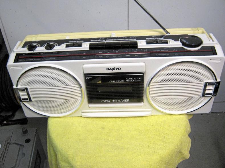 Gammal Sanyo kasett-stereo.
