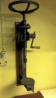 Äldre manuell borrmaskin, väggmonterad
