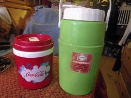 2 st burkar i plast Coca-Cola och 1 primus