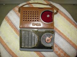 Liten gammal Spica transistorradio