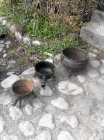 3 st antika 3-benta järngrytor i olika storlekar