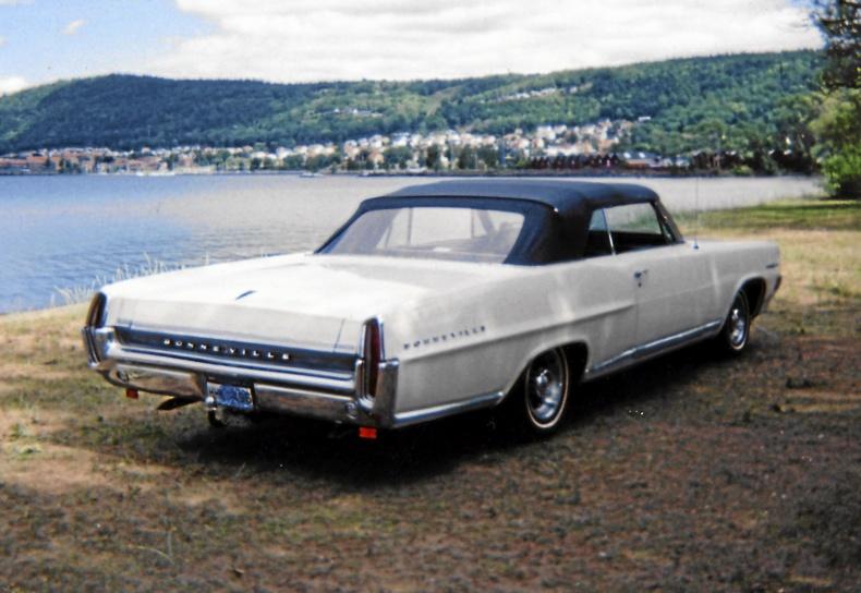 mobile_ Pontiac Bonneville Convertible 1964