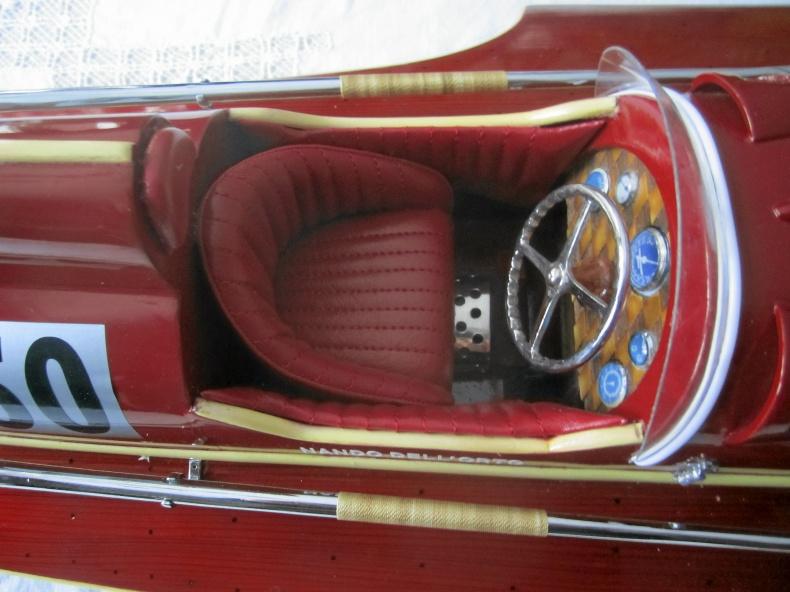 Vacker modellbåt Ferrari