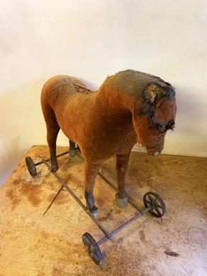 Leksakshäst på hjul från sekelskiftet