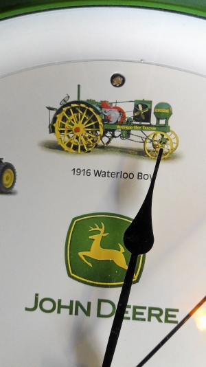 John Deere väggur med 12 olika traktorljud