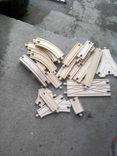 Träjärnvägsdelar, lego korsningar m.m. trä