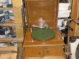 Gammal grammofon och stenkakor