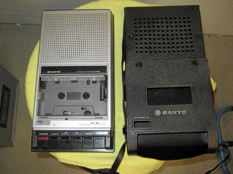 Gammal Sanyo kasettbandspelare.