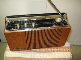 Gammal Luxor transistorradio.