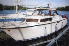 Motorbåt Nimbus med akterruff
