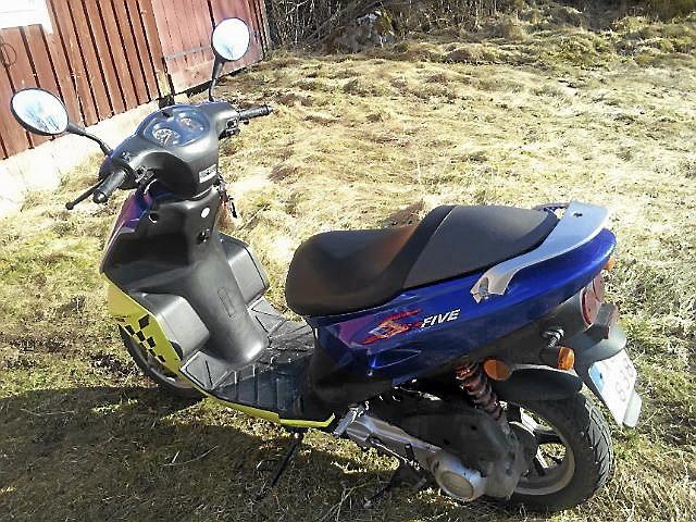 Defekt moped säljes för billig peng.