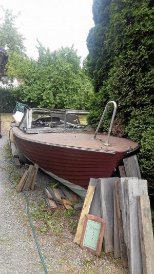 Gammal mahognybåt (utombordare) från 50-talet