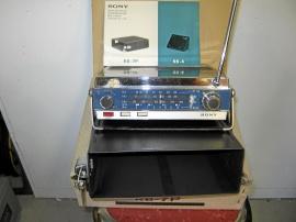 Gammal Sony transistorradio med bilkasett.