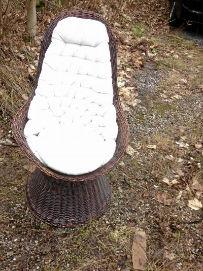 Korgstol med dyna i bra skick stol och dyna