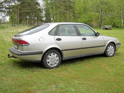 Saab 900 ng 1996 med reservdelsbil