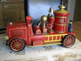 Gammal elektrisk brandbil i plåt.