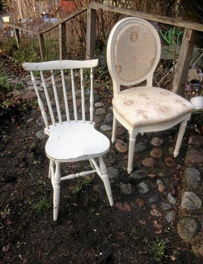 2 st omaka stolar en medaljong och en pinnstol antik
